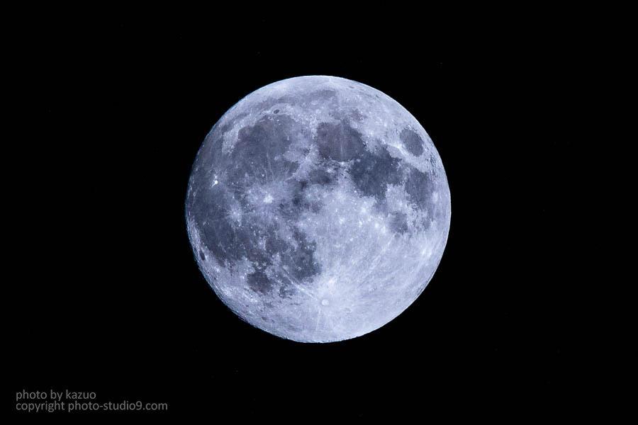 中でもスーパームーンは普段よりも月が大きく見えるので迫力いっぱいに月を撮るチャンスです。月の撮影は難しいと思っているかも知れませんが、望遠レンズ(ズームの
