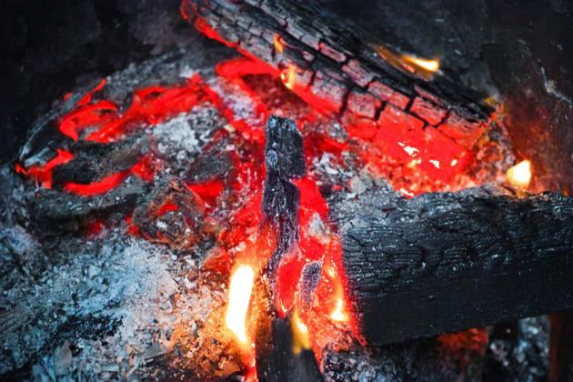 炭の炎の色