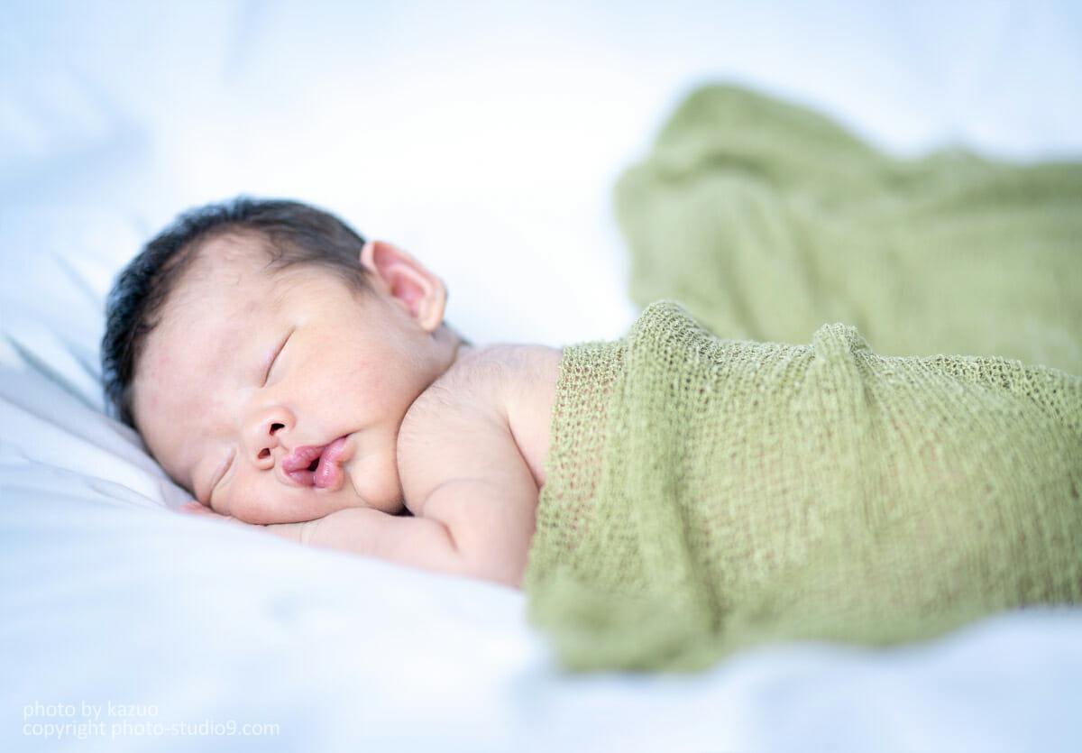 178d3aa1606f7 中にはどうしても機嫌が悪くなる赤ちゃんもいるかもしれません。そんなときは無理して巻かずに、上から掛けて撮るといった方法も雰囲気出ますよ。